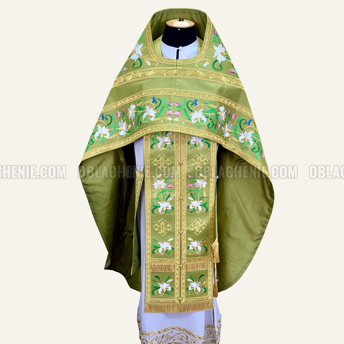 Embroidered priest's vestments 10652